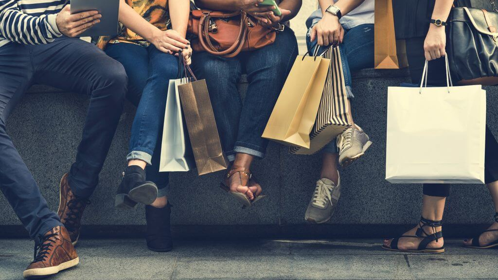foto de pessoas comprando no celular reflete os hábitos de consumo dos millennials