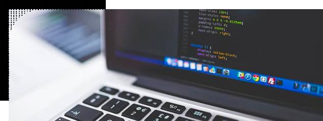 Computador com programador desenvolvendo códigos html