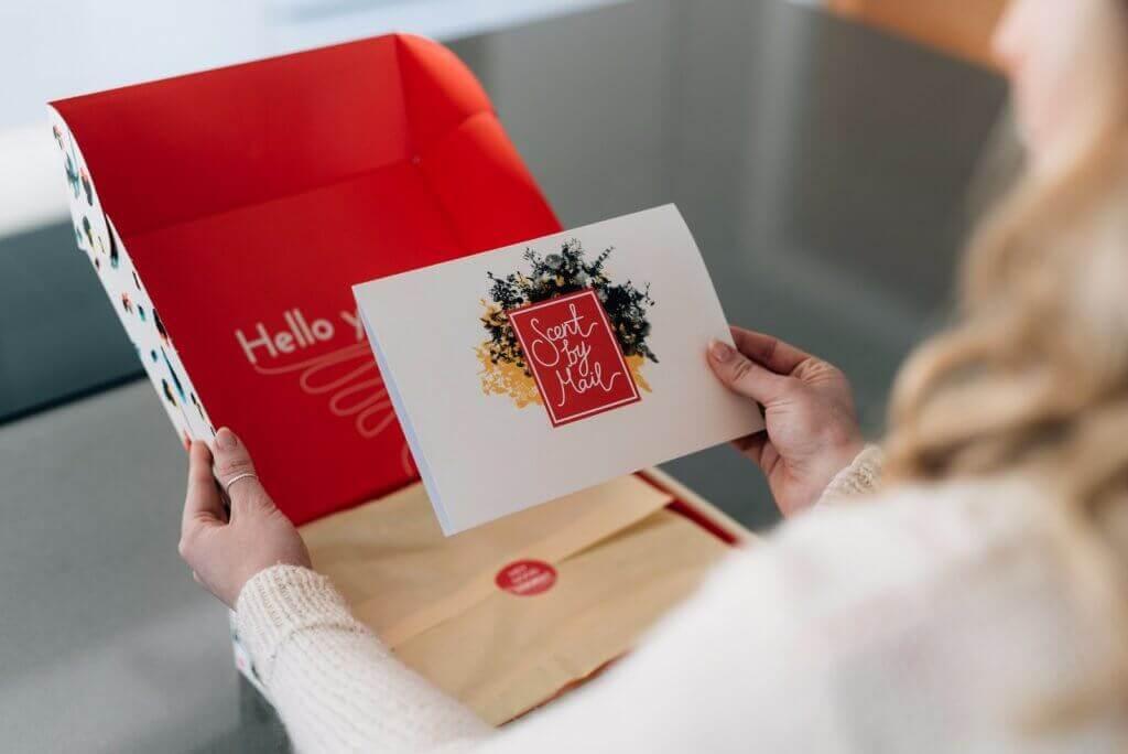 experiência de compra com caixa e bilhete personalizado